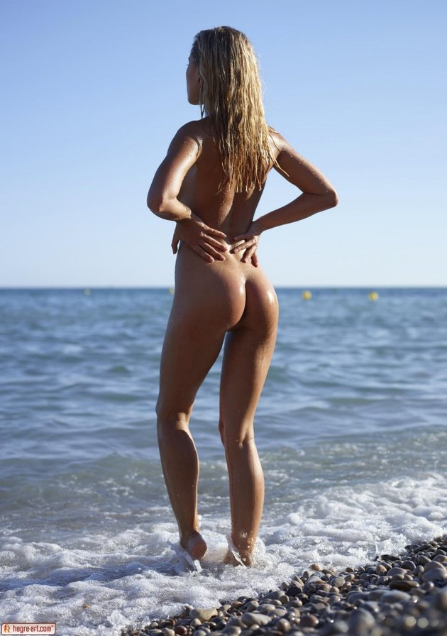 darina-l-is-hot-and-sexy-on-the-sunny-beach-02